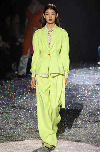 Фото №23 - От классики до сочных красок: лучшие костюмы с Недели моды в Нью-Йорке