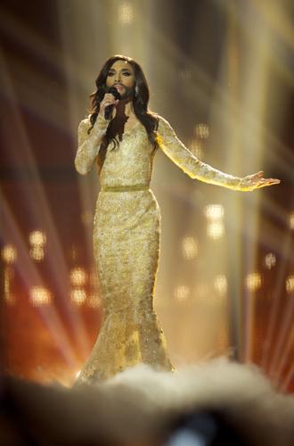 Фото №8 - Самые яркие (и странные) сценические наряды за всю историю Евровидения