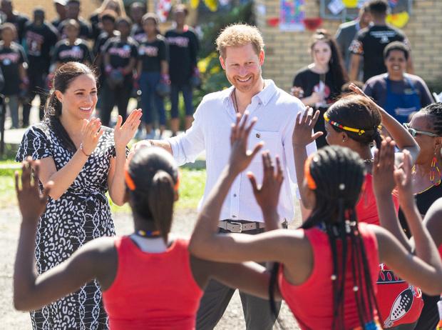 Фото №4 - Гарри и Меган в Африке: веселые танцы и особенный наряд герцогини