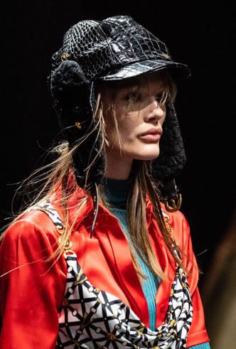 Фото №5 - Пушистые шляпы, ушанки и бейсболки без козырька: самые модные головные уборы сезона