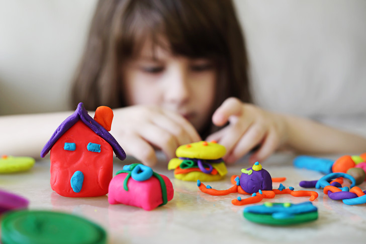 Фото №1 - Как очистить от пластилина одежду, мебель и ребенка: 19 проверенных способов
