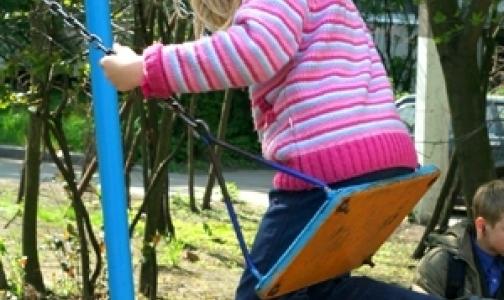 Фото №1 - Чем опасны для ребенка батут, аквапарк и качели