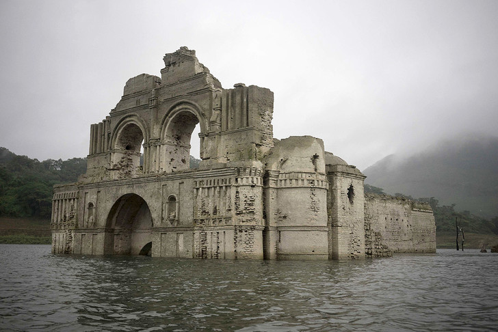 Фото №1 - В Мексике 400-летний храм показался над водой из-за засухи
