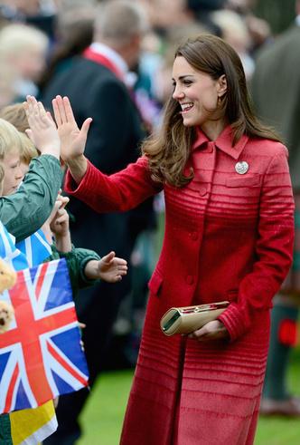 Фото №10 - Это надо видеть: 14 случаев, когда Кейт Миддлтон забыла, что она— герцогиня
