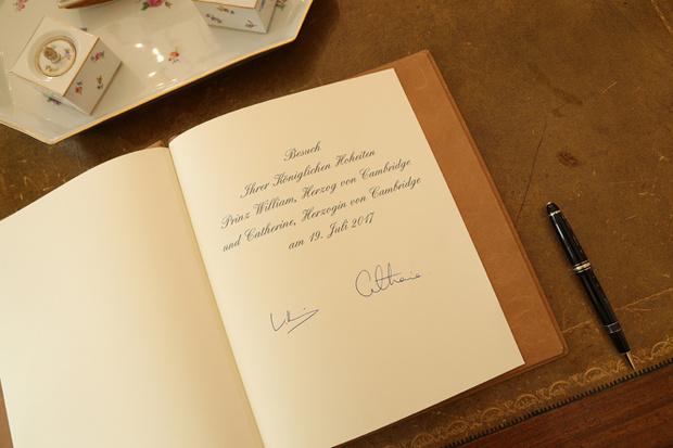 Фото №9 - Что говорят подписи Кейт Миддлтон и принца Уильяма об их браке?