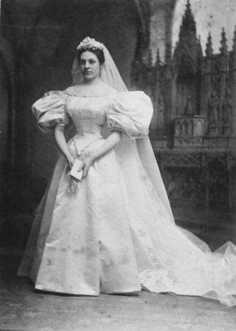 Фото №6 - Кружева истории: самые старые свадебные платья в мире