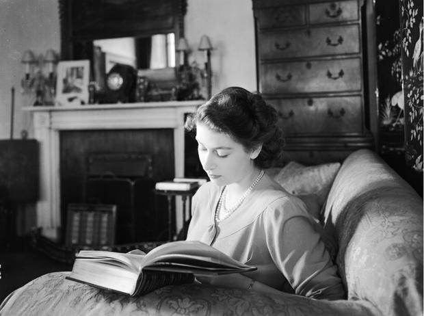 Фото №3 - Что читают во дворце: любимые книги Елизаветы, Дианы, Кейт и других членов БКС