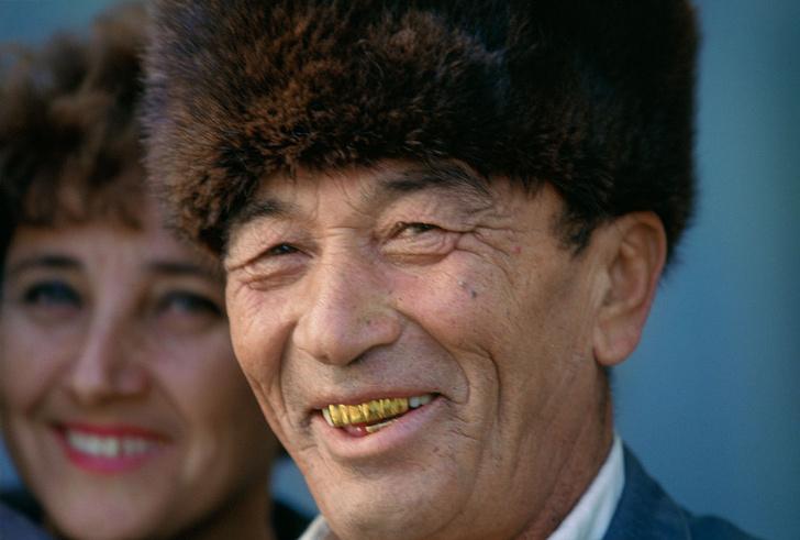 Фото №1 - Золотые, черные, острые: «зубная» мода народов мира