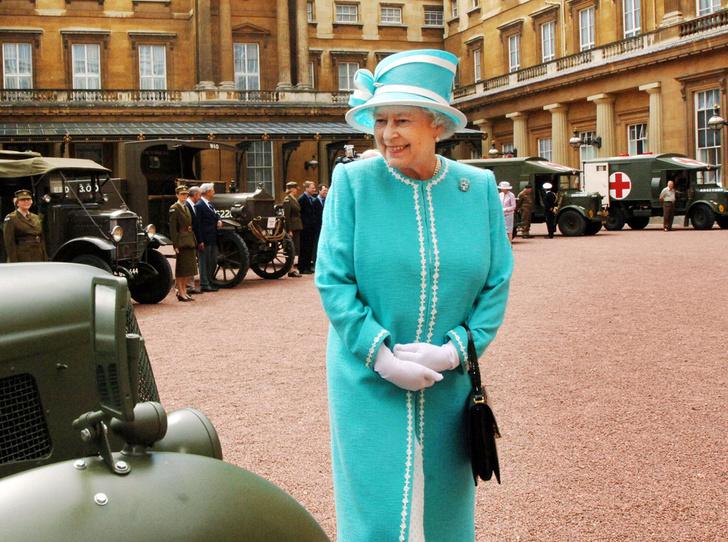 Фото №2 - Держи за ручку: любимые сумки принцесс и королев снова в тренде