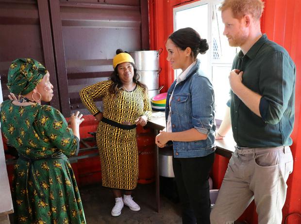 Фото №2 - «Наконец они нашли работу»: в Сети высмеяли Меган и Гарри, доставляющих продукты американцам