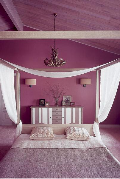 Стены спальни дочери хозяев покрыты красками, Farrow & Ball. Люстра, Flamant. Комод, Roche Bobois. Кровать, Guadarte.