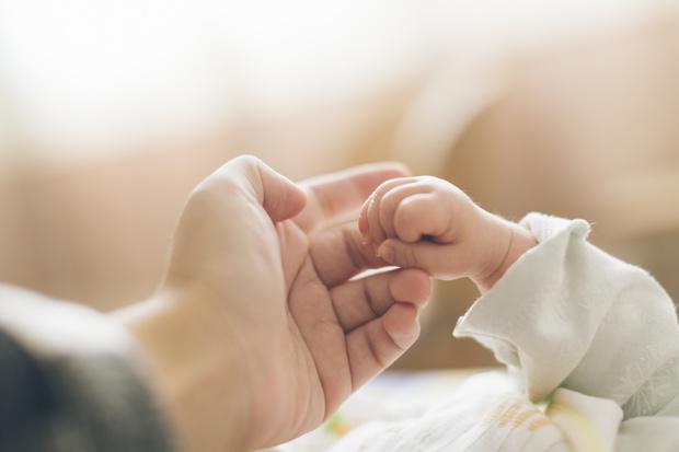Фото №1 - Часики не смеются: россияне назвали идеальный возраст для рождения первенца