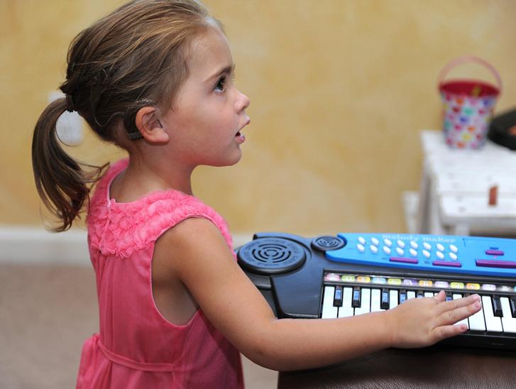 Фото №1 - Ученые рассказали, как улучшить навыки общения слабослышащих детей