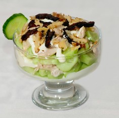 Салат с черносливом, курицей, огурцом: простой рецепт