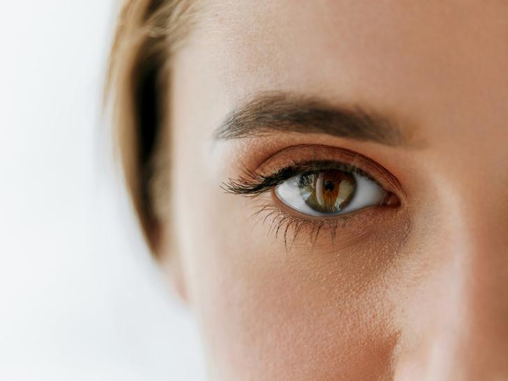 Фото №2 - Опасная красота: как косметика может навредить вашим глазам