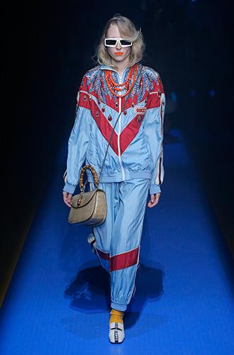 Фото №22 - Стразы, ботфорты и колготки в сеточку: как в моду входит все то, что раньше считалось безвкусицей