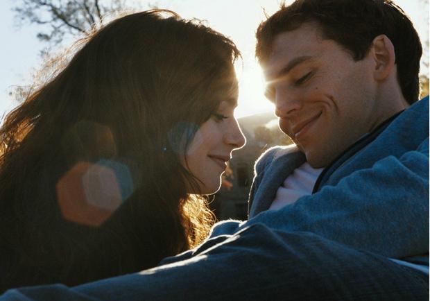 Фото №1 - Не пропусти новый фильм с Лили Коллинз «С любовью, Рози»