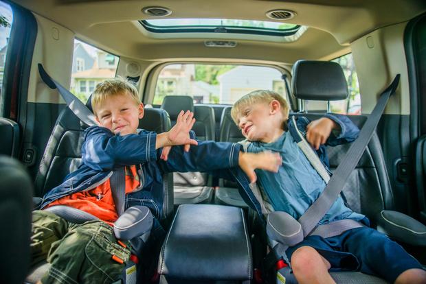 Фото №3 - 10 обидных вещей, которые приходится терпеть младшим детям