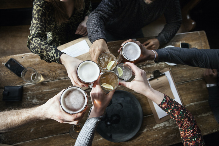 Фото №1 - Специалисты назвали самые «пьющие» профессии