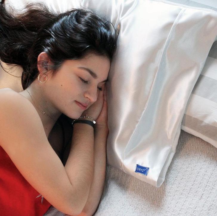 Фото №1 - Что будет, если лечь спать с мокрыми волосами?