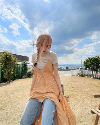 Фото №3 - Как носить платье с джинсами и футболкой: показывает Розэ из BLACKPINK