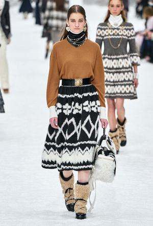 Фото №7 - Как носить шелковые платки: 10 самых простых и стильных способов
