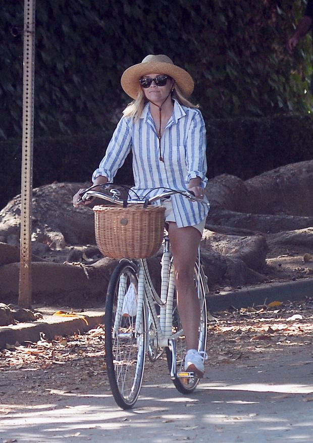 Фото №2 - Рубашка изо льна и соломенная шляпа: очень женственный и летний образ Риз Уизерспун