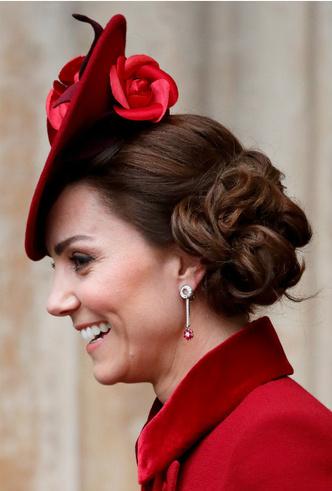 Фото №2 - Королевский выбор: общая ювелирная страсть Елизаветы и герцогини Кейт