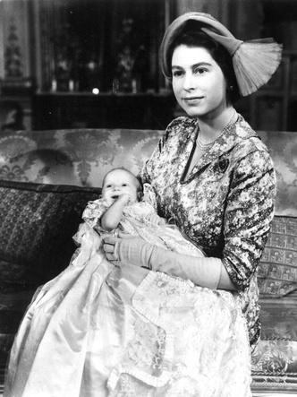 Фото №7 - Самые стильные образы королевских мам на крестинах их детей