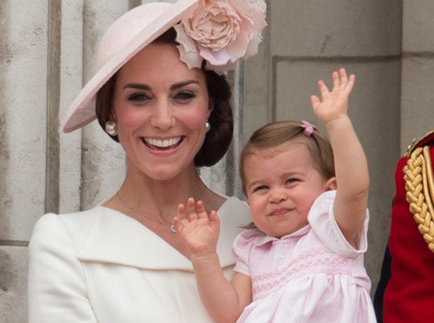Фото №11 - Принцесса Шарлотта и принц Джордж стали главными героями «балконного шоу»