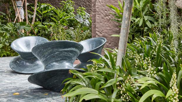 Фото №1 - Гранитные кресла Spun от Heatherwick Studio