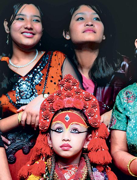 Фото №9 - Бывшая богиня: как живут те, кто перестал быть королевской Кумари в Непале