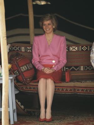 Фото №37 - От персикового до фуксии: как принцесса Диана носила розовый цвет (и почему он ей так шел)