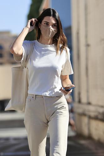 Фото №2 - Одеться как модель: миссия выполнима. Белая футболка, бежевые джинсы и кеды Converse, как у Кендалл Дженнер