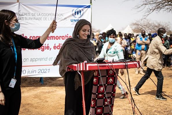 Фото №2 - Полная неожиданность: Анджелина Джоли с покрытой головой и в массивных серьгах в Буркина-Фасо