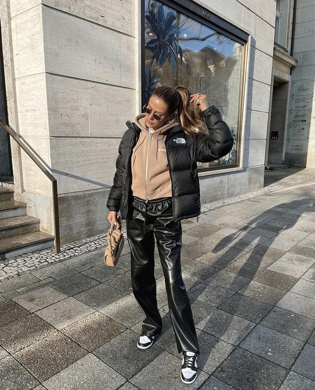 Фото №2 - С чем носить кожаные брюки? Модель Николь Потуральски показывает простой повседневный образ