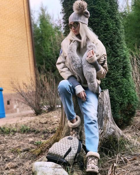 Фото №1 - Алена Шишкова уехала на дачу и щеголяет там в самых обсуждаемых уггах Gucci за 57 000 рублей