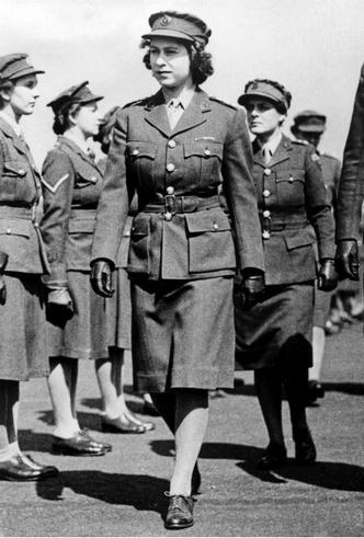 Фото №4 - Почему будущую Королеву и принцессу Маргарет не эвакуировали во время Второй мировой войны