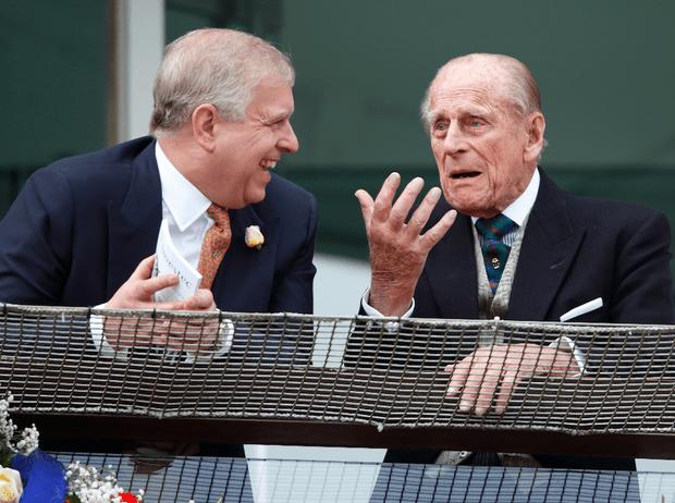 Фото №1 - Какой совет принц Филипп дал принцу Эндрю после скандала