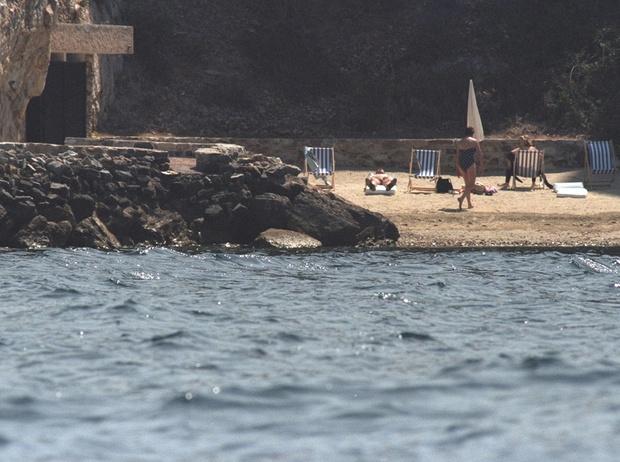 Фото №3 - Отдых на пляже слишком дорог для Эммануэля и Брижит Макрон