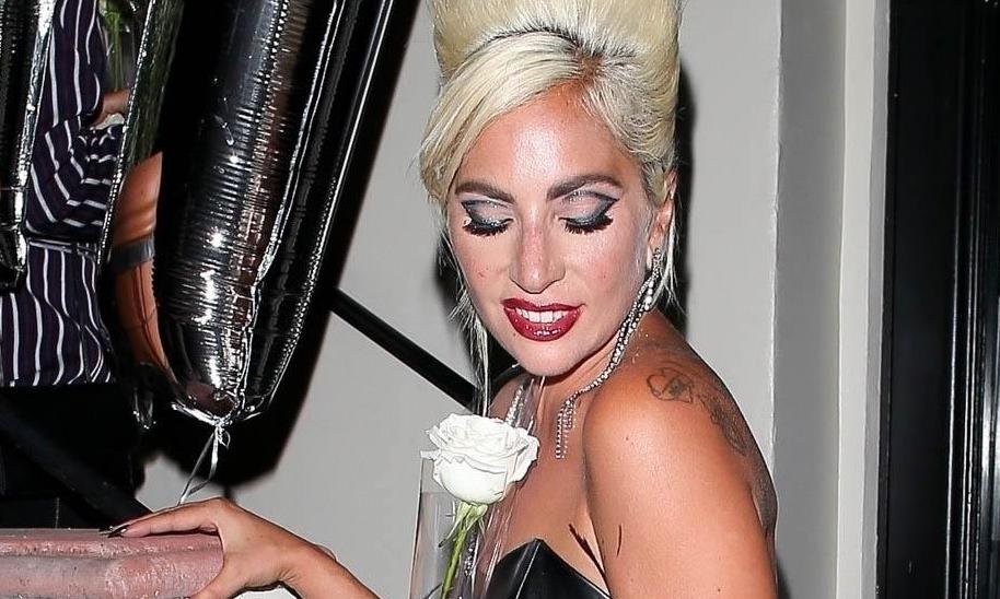 Новый поворот: Гага показала округлившийся животик