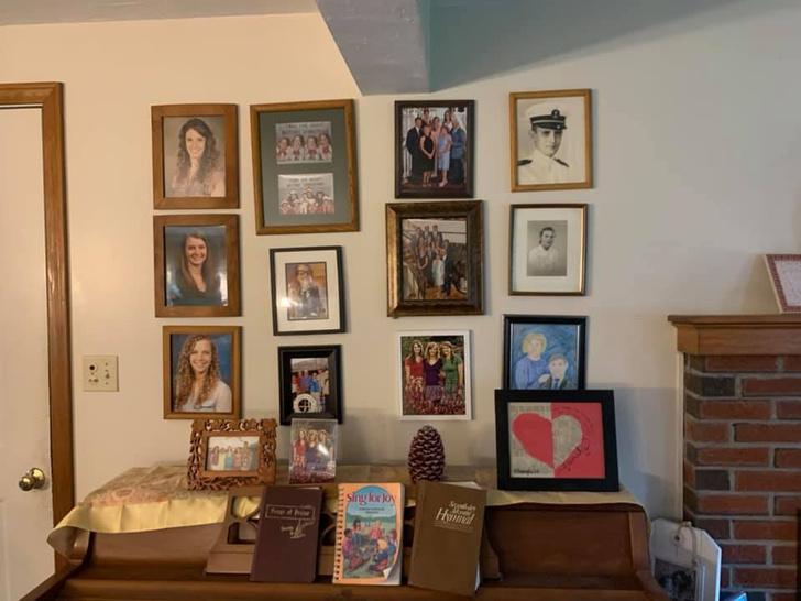 Фото №3 - Дочь каждый день подменяла по одному семейному фото неумелыми рисунками, а родители заметили это только на 11-й день