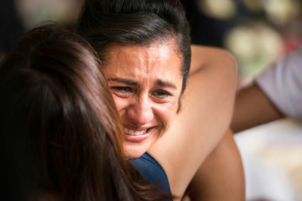 Женщина плачет фото