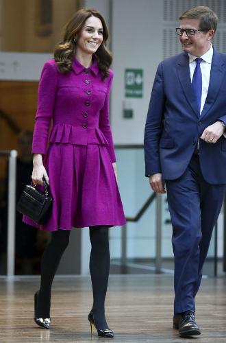 Фото №4 - Вслед за Меган: герцогиня Кембриджская выбирает королевский фиолетовый для нового визита