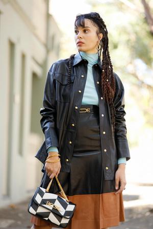Фото №11 - Как носить кожаные рубашки: стильные идеи на каждый день