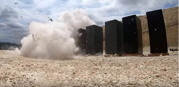 Фото №1 - Что будет, если выстрелить из танка по десяти стоящим в ряд бронированным сейфам (видео)