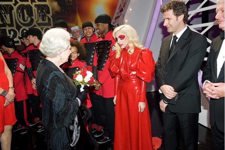 Фото №19 - Как звезды одевались на встречи с Королевой: от гламура Мэрилин Монро до латекса Леди Гаги