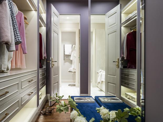 Гардеробная. Мебель, «Столярка-13». Банкетка, Loft Concept. Бра, Visual Comfort Gallery. Верхний свет, Styllight.ru.