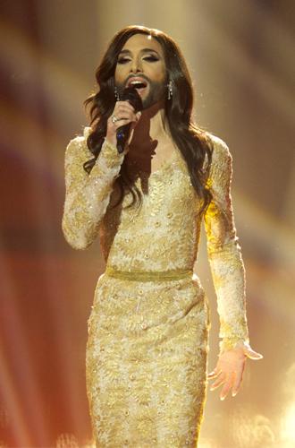 Фото №9 - Самые яркие (и странные) сценические наряды за всю историю Евровидения