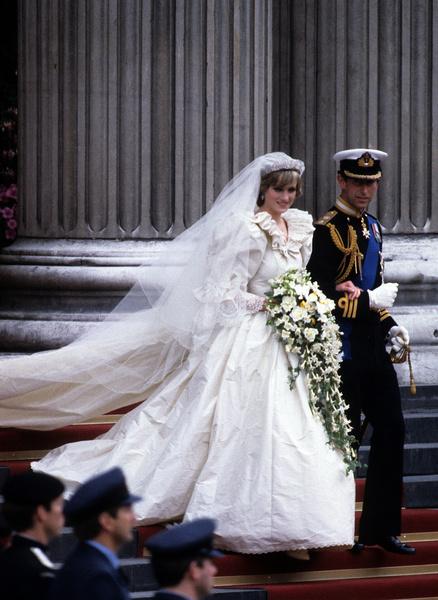 Фото №1 - Как выглядело самое дорогое королевское свадебное платье и кто отправился в нем к алтарю